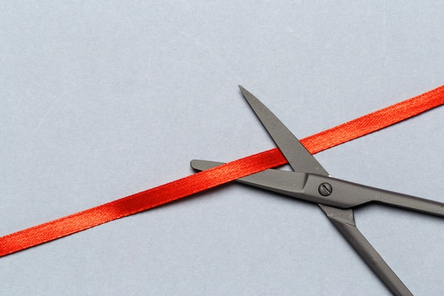 Inauguração ilustrada com uma tesoura e uma fita vermelha