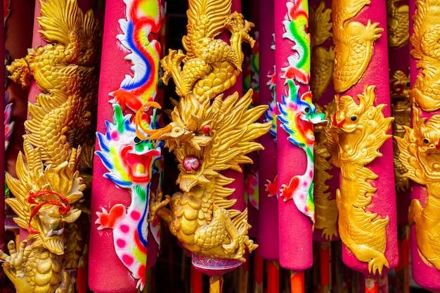 Incenso de dragão em forma de estátua de buda de respeito em templo chinês