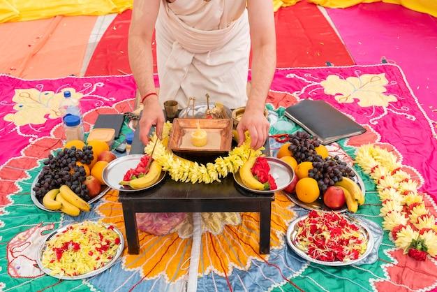 Incenso e flores de banana são atributos de um casamento indiano tradicional.