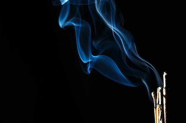 Incenso queimando sobre fundo preto