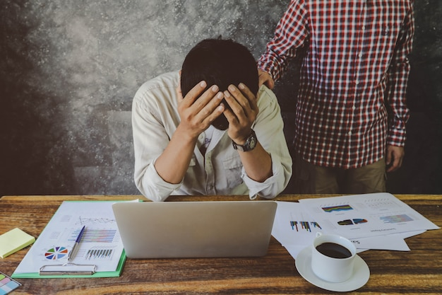 Incentivo do homem que seu amigo depressivo tentou de mais de trabalho. problema de negócios, financeiro e conceito de investimento