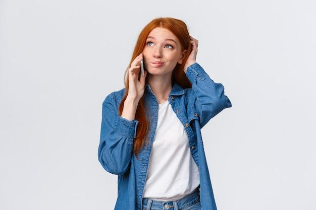 Incerto menina ruiva bonita com problemas dar resposta final, falando no telefone