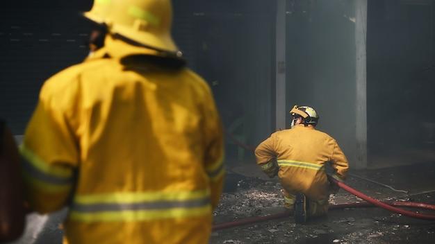Incidente real de trabalho do bombeiro em tailândia.