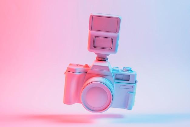 Incline a câmera flutuando sobre o fundo rosa