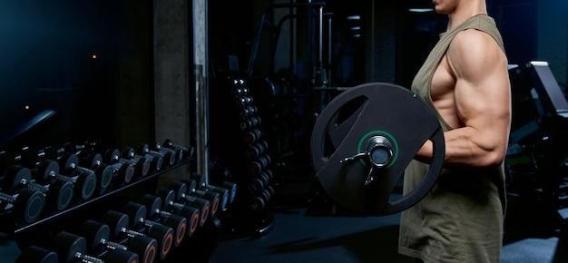 Incógnito homem construção de bíceps com barra.