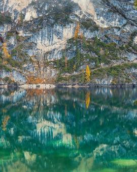 Incríveis águas esmeraldas do lago di braies, na itália, com belo reflexo das montanhas rochosas