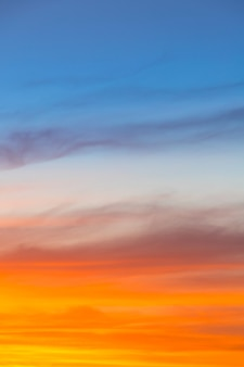 Incríveis cores azuis, laranja e amarelas do sol gradiente de fundo vertical.