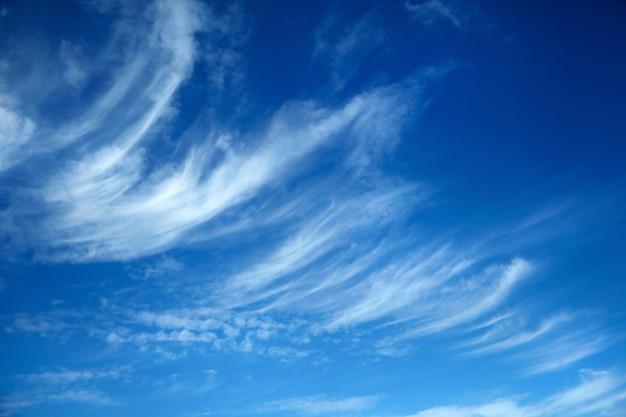 Incríveis nuvens brancas de formato incomum no fundo do céu azul
