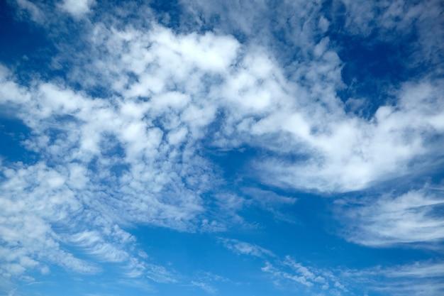 Incríveis nuvens brancas e fofas no fundo do céu azul