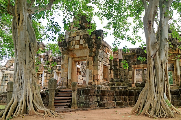 Incríveis ruínas do antigo templo khmer de prasat sdok kok thom na província de sa kaeo, tailândia