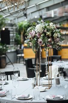 Incrível banquete em cores cinza para o dia do casamento com flores cor de rosa