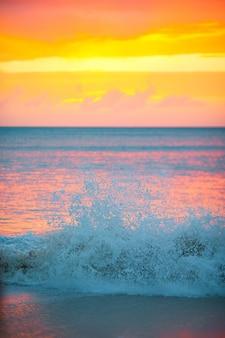 Incrível belo pôr do sol em uma praia do caribe exótica