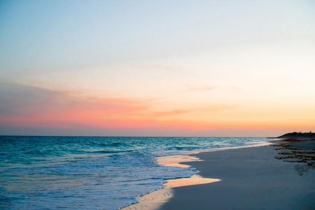 Incrível belo pôr do sol em uma praia exótica do caribe