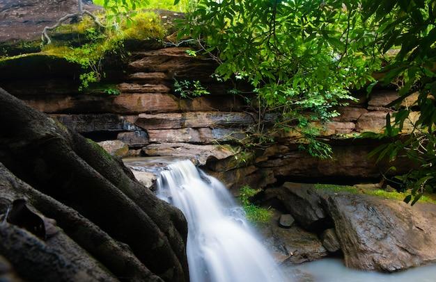 Incrível cachoeira pralie, cascata cai sobre rochas cobertas de musgo no kalasin, tailândia