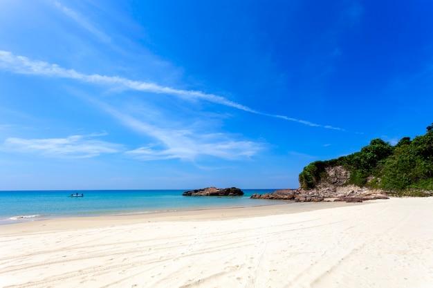 Incrível céu azul e calmo mar de andaman pela manhã belo clima de mar natureza para o fundo e verão design