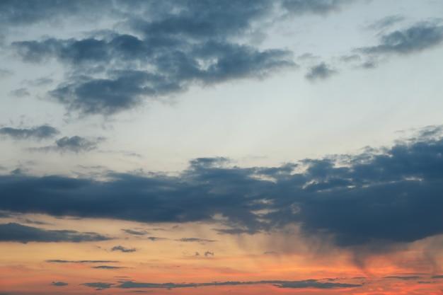 Incrível céu pôr do sol com nuvens. papel de parede bela natureza