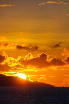 Incrível colorido pôr do sol em uma praia exótica em seychelles