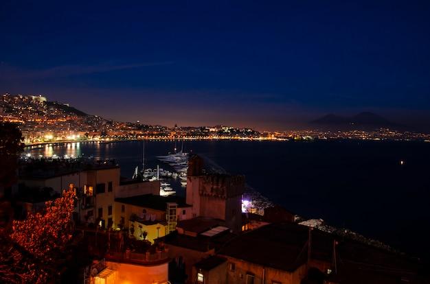 Incrível colorido tarde pôr do sol sobre o mar em nápoles. itália.