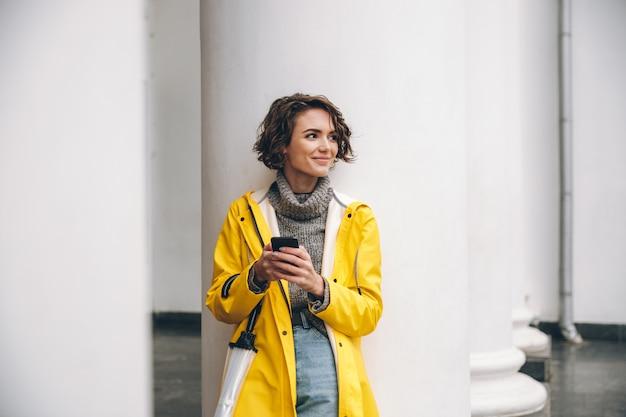 Incrível jovem vestida com capa de chuva.