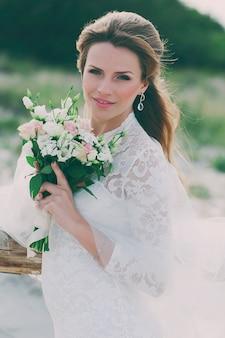Incrível mulher jovem feliz no vestido de casamento