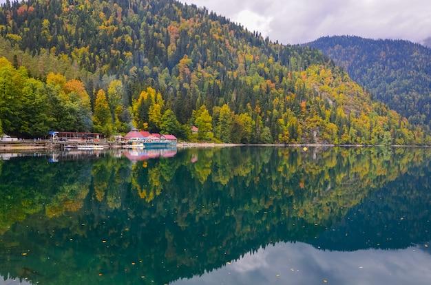 Incrível natureza paisagem vista do lago pequeno ritsa abkhazia