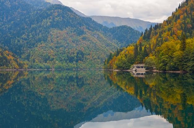 Incrível natureza paisagem vista do lago pequeno ritsa