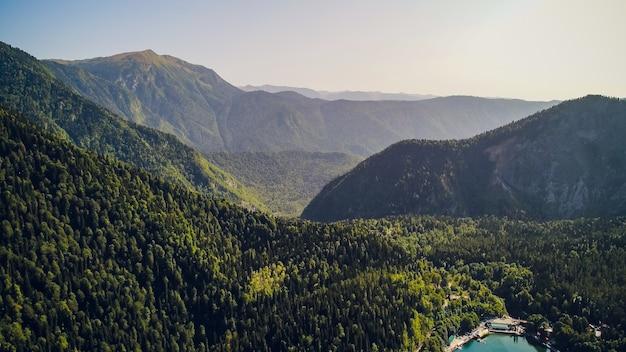 Incrível natureza paisagem vista do lago ritsa, abkhazia vista aérea da cidade resort gagra, abkhazia, geórgia