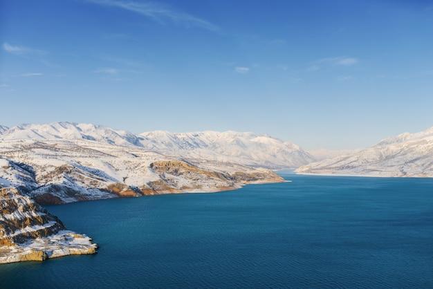 Incrível paisagem de inverno do reservatório charvak no uzbequistão em um dia de inverno