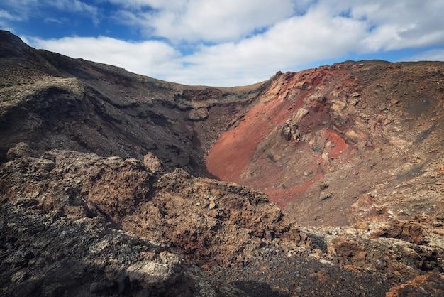 Incrível paisagem vulcânica. cratera vulcânica no parque nacional de timanfaya, lanzarote.