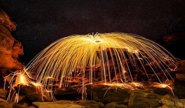 Incrível performance de show de fogo no céu noturno