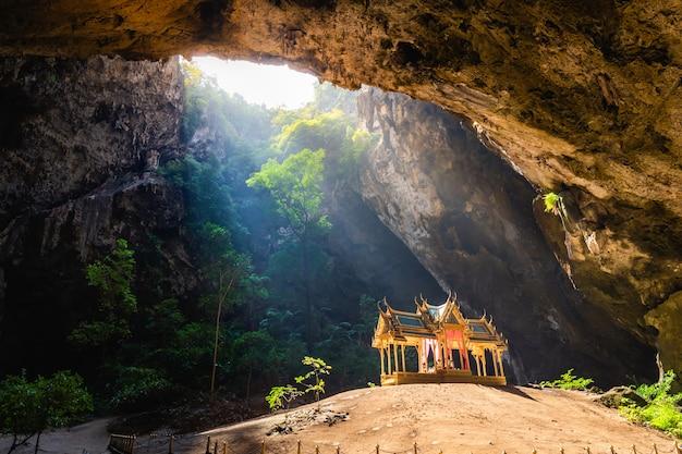Incrível phraya nakhon caverna no parque nacional de khao sam roi yot em prachuap khiri khan