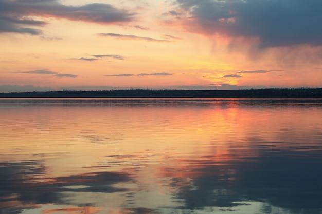 Incrível por do sol com nuvens e rio.