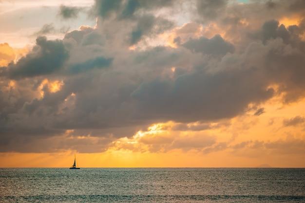 Incrível por do sol lindo em uma praia do caribe exótica