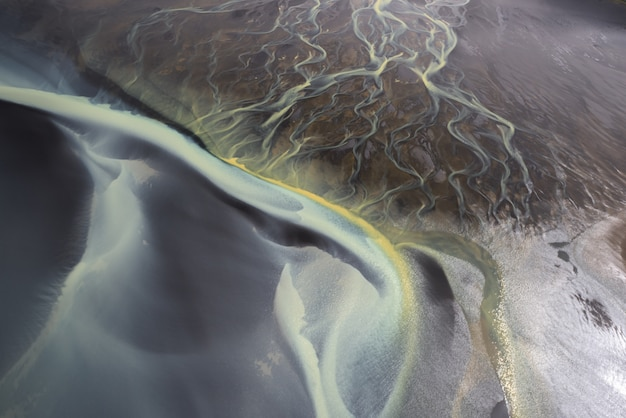 Incrível vista aérea dos rios da geleira na islândia