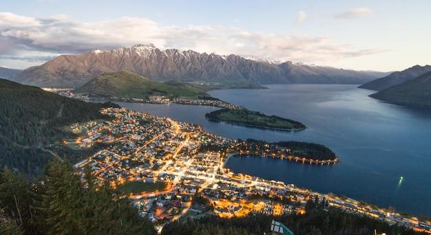 Incrível vista do horizonte da cidade de queens sobre a cidade alpina e o lago