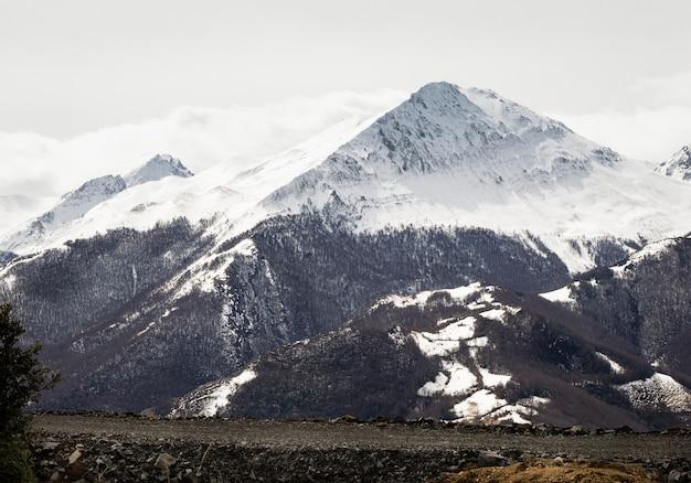 Incrível vista do pico de rueda, com neve e o vale de lindes. astúrias, espanha, europa