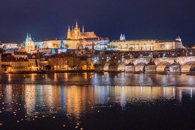 Incrível vista panorâmica do castelo de praga, da catedral de são vito e da ponte carlos com reflexo de