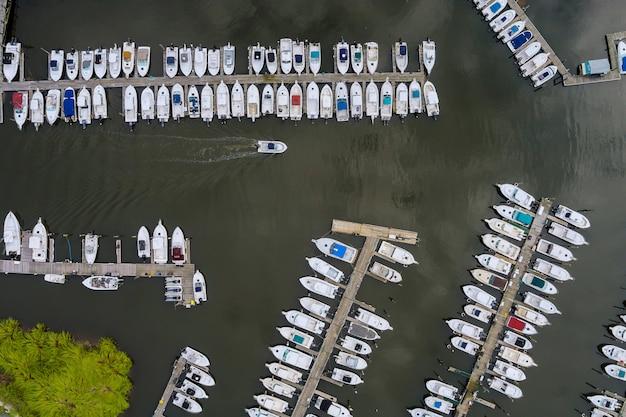 Incrível vista panorâmica do pequeno porto para muitos barcos flutuando perto do oceano nos eua