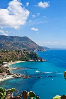 Incrível vista panorâmica tropical da baía turquesa do golfo, praia arenosa, montanhas verdes e plantas