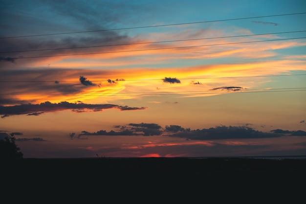 Incrivelmente lindo pôr do sol com um céu amarelo-azulado lindo céu ao pôr do sol maravilhoso pôr do sol no