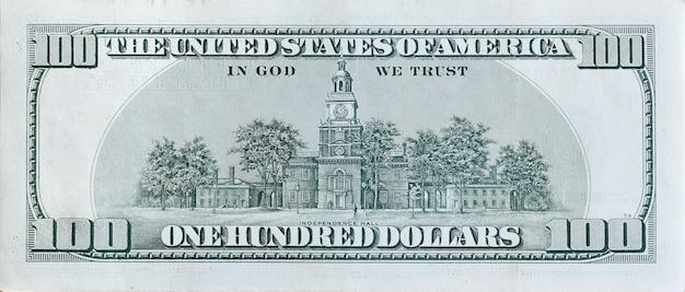Independência hall no fragmento do macro do close up do verso da nota de banco de 100 dólares. estados unidos, cem dólares, conta dinheiro