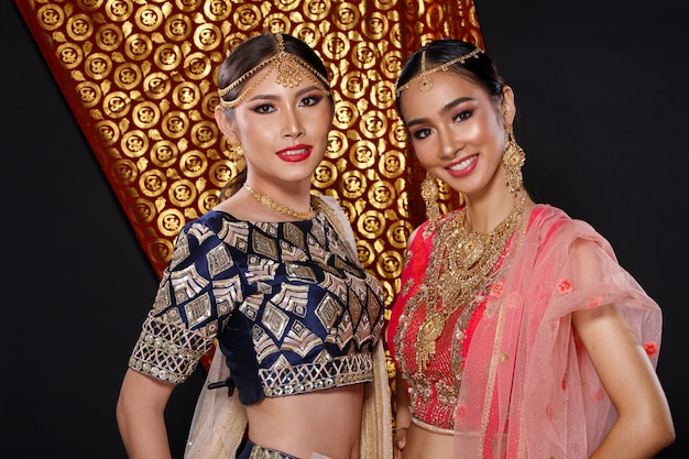 Índia traje tradicional vestido de noiva em retrato de mulher bonita