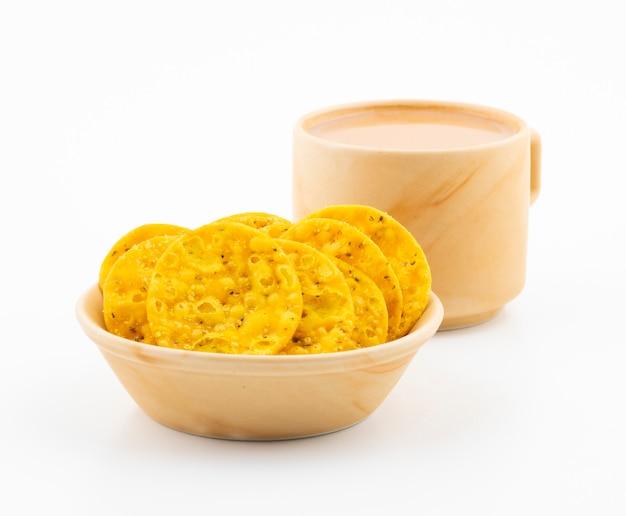 Indian street snack masala khari com chá em branco