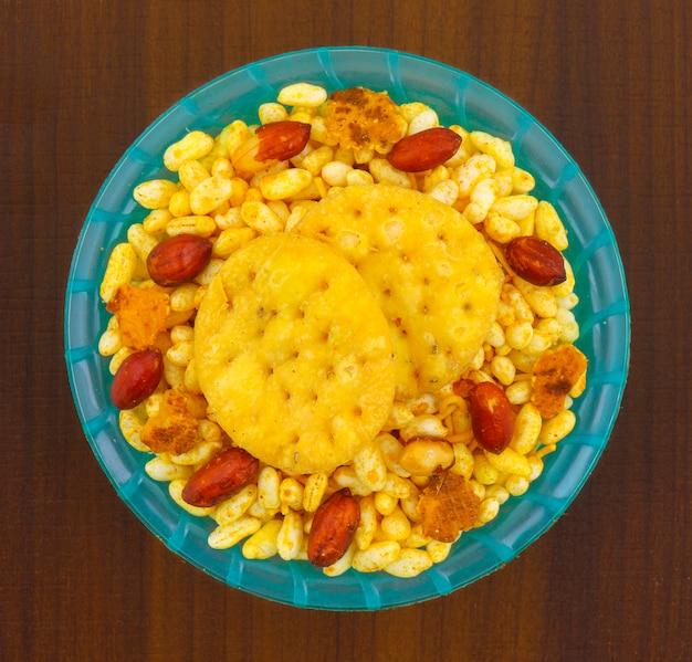 Indian street spicy food bhel puri é um petisco saboroso