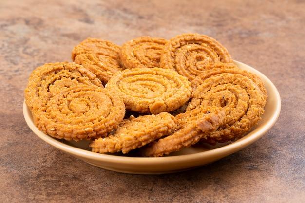 Indian traditional snack chakli, um lanche frito crocante em forma de espiral