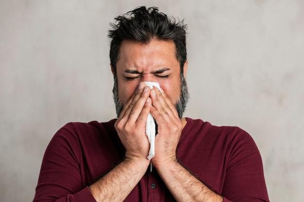 Indiano doente assoando o nariz