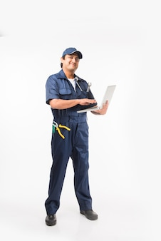 Indiano feliz mecânico de automóveis de terno azul e boné