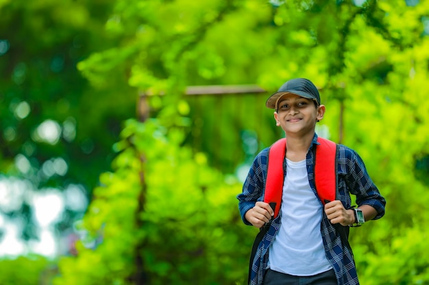 Indiano fofo estudante com mochila