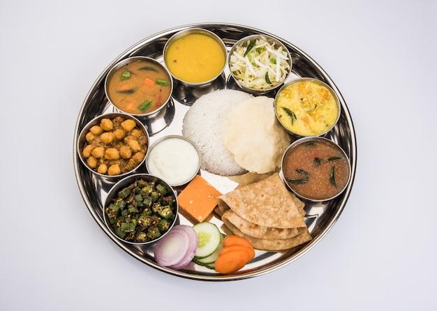 Indiano ou hindu veg thali ou restaurante completo prato de comida para almoço ou jantar. close, foco seletivo