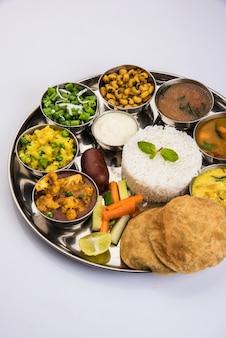 Indiano ou hindu veg thali, também conhecido como prato de comida, é uma refeição completa de almoço ou jantar, close-up, foco seletivo